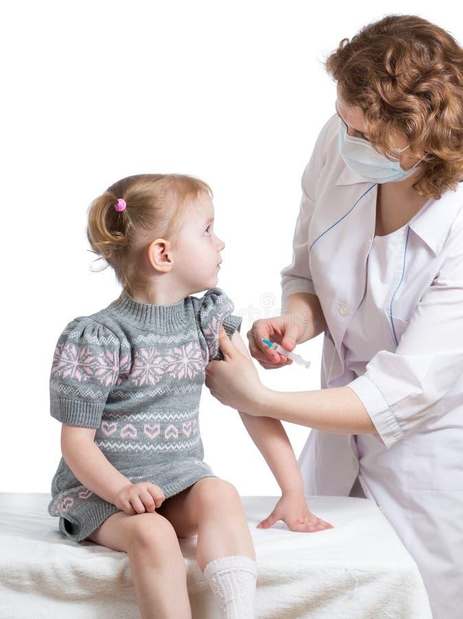 医生注射的或接种的孩子被隔绝 库存图片