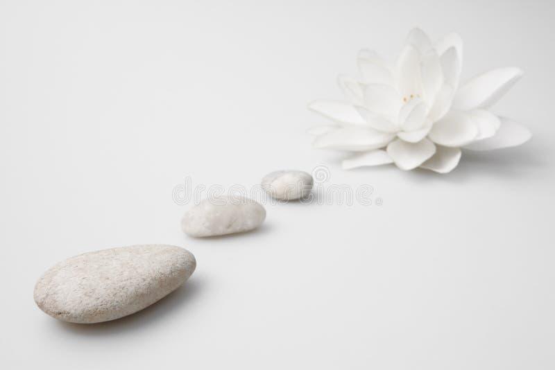 生活仍然百合小卵石健康白色 免版税库存图片