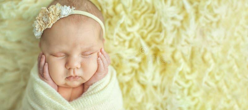 生活和愉快的神仙的不可思议的童年概念起点  10天的老微笑的新生儿在黄色毛皮背景睡觉 免版税库存图片