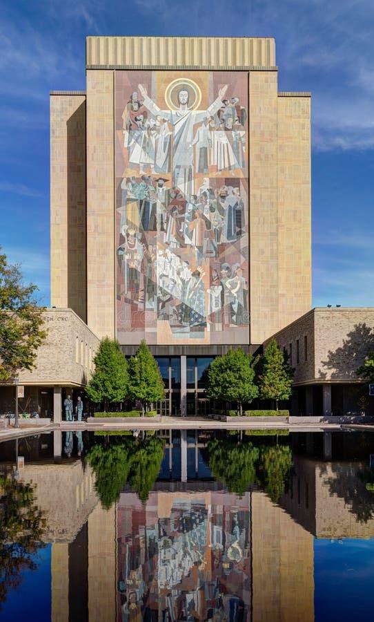 生活壁画的词在Notre Dame大学校园里的  库存图片
