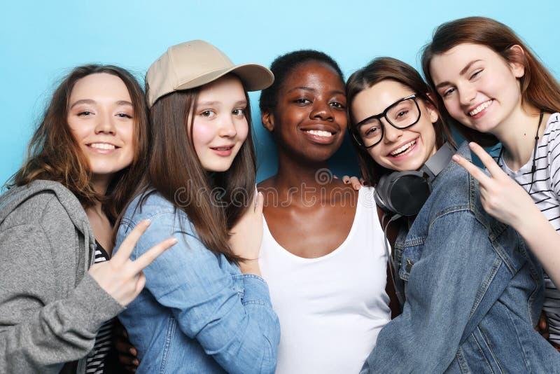 生活方式、友谊和人概念-小组不同的国籍的四个女朋友 库存图片