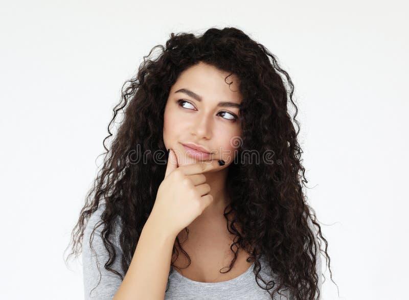 生活方式、情感和人概念-想法的非洲妇女佩带偶然在白色背景 免版税库存照片