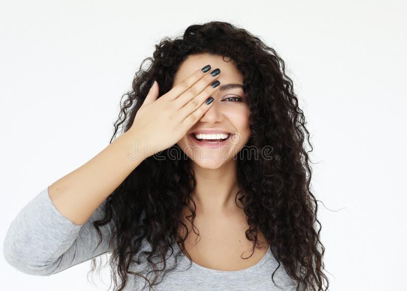 生活方式、情感和人概念-盖她的眼睛的年轻女人用她的在白色背景的手 库存图片