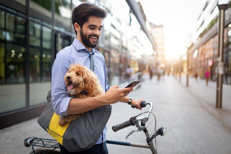 生活方式、运输、通信和人概念 有自行车和智能手机的年轻人在城市街道上 图库摄影