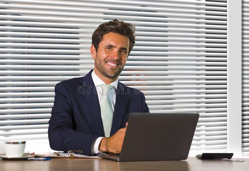 生活方式公司公司画象年轻愉快和成功商人工作轻松在坐由窗口的现代办公室 图库摄影