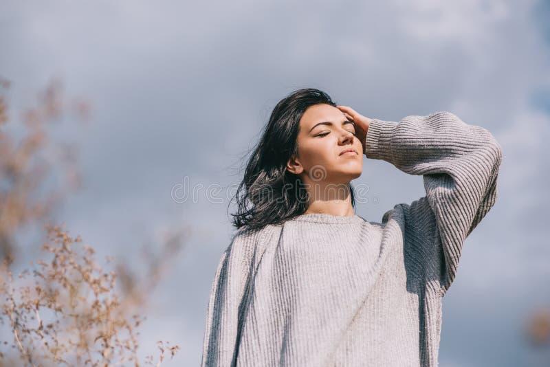 生活方式和人概念心情 可爱的深色的白种人年轻女人旅客底视图有有风头发的,摆在 库存照片