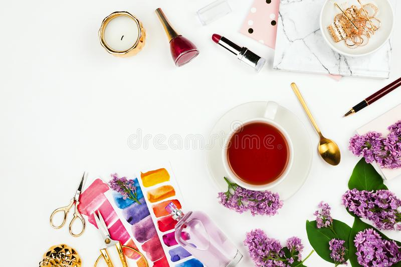 生活方式和企业大模型flatlay与茶、丁香、笔记本、香水和其他辅助部件 图库摄影