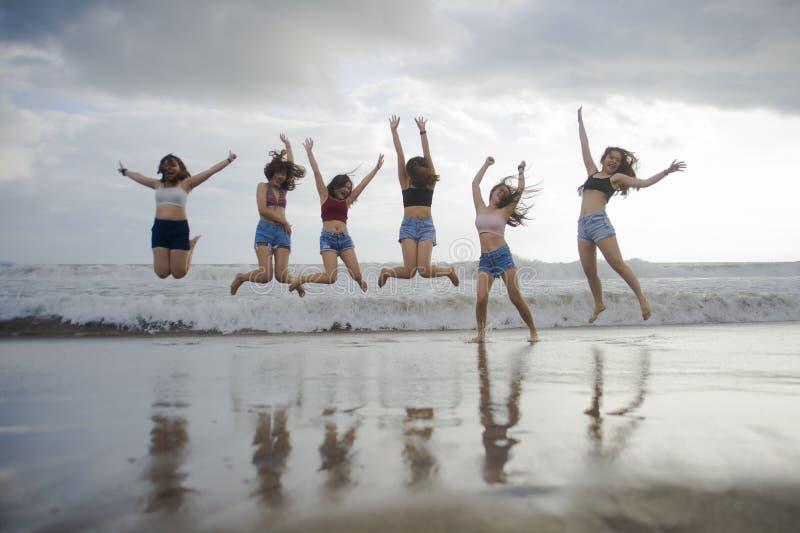 生活方式年轻小组海滩画象享受夏天holid的亚裔韩国和中国妇女,愉快和可爱的女朋友 免版税图库摄影