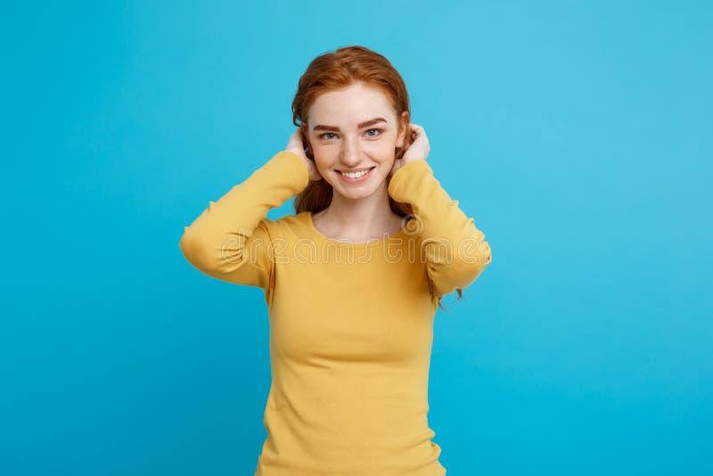 生活方式概念-接近的使用与她的充满胆怯的头发的画象年轻美丽的有吸引力的姜红色头发女孩 库存图片
