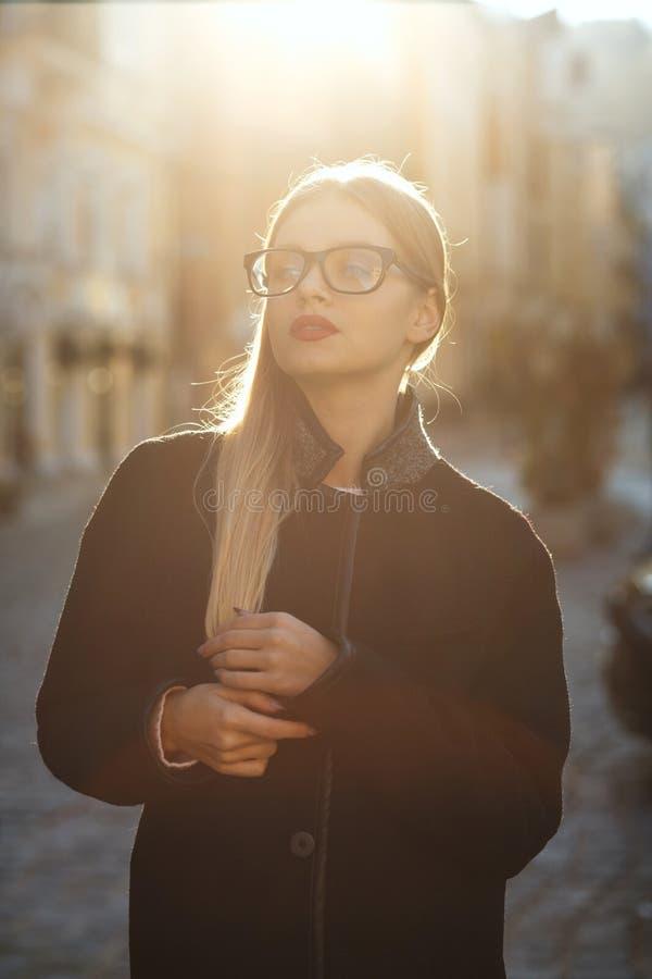 生活方式画象俏丽的年轻式样戴着眼镜,摆在  免版税图库摄影