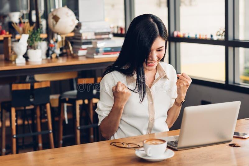 生活方式自由职业者的女商人与手提电脑一起使用他有高兴在工作 免版税库存照片