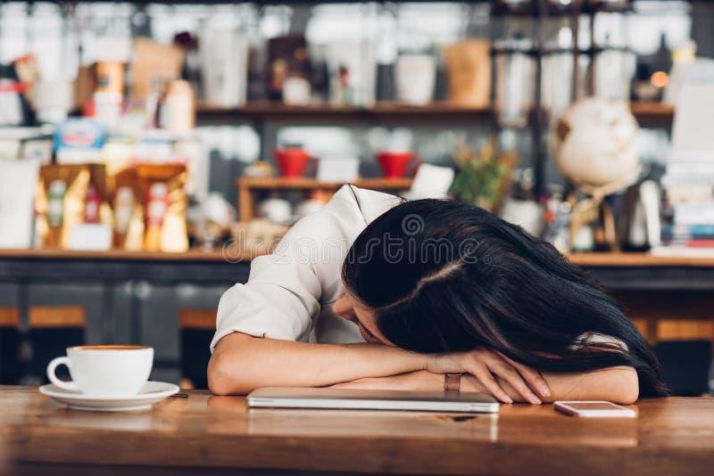 生活方式自由职业者的妇女他有休息的睡觉在坚硬wor以后 免版税库存图片