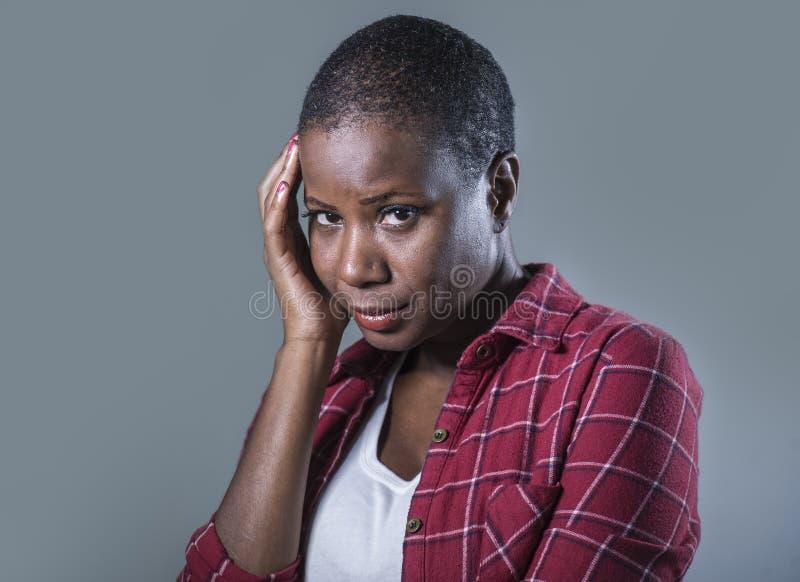 生活方式隔绝了年轻有吸引力和哀伤的黑美国黑人的妇女感觉不适和沮丧和痛苦痛苦画象  免版税库存照片