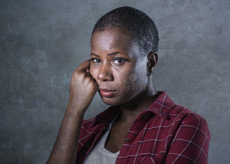 生活方式隔绝了年轻有吸引力和哀伤的黑非裔美国人的妇女感觉不适和沮丧和痛苦pa画象  免版税库存照片