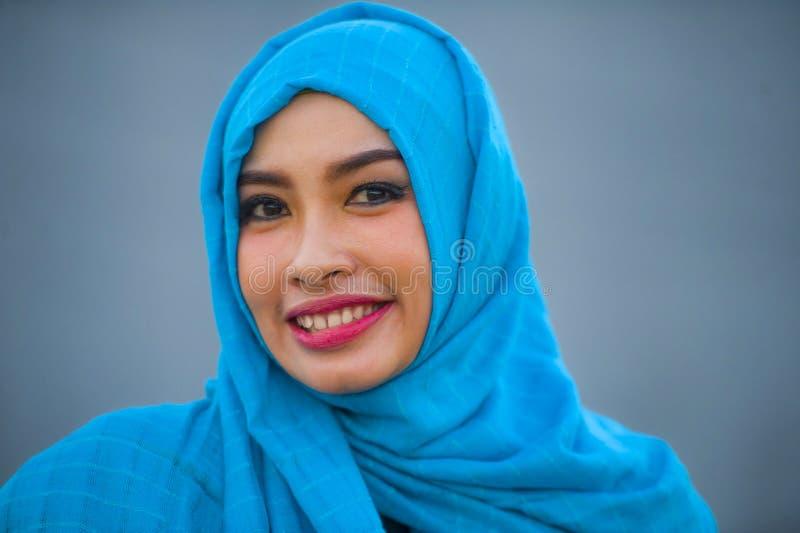 生活方式隔绝了年轻美丽的愉快的亚裔妇女画象摆在照相机的hijab回教顶头围巾的嬉戏获得乐趣sm 库存图片