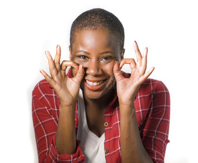 生活方式隔绝了打手势在ok的年轻可爱和自然黑人非裔美国人的妇女画象愉快的庆祝的成功 库存图片
