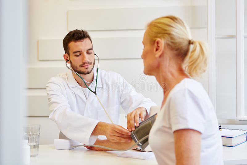 医生测量血压 免版税库存图片