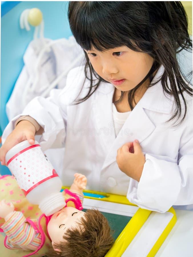 医生演奏女孩的职业角色 图库摄影