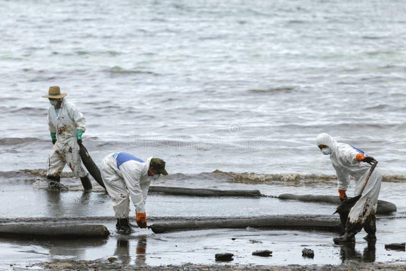 生物危害品的一名工作者适合废旧石油遏制景气作为cleani 免版税库存图片