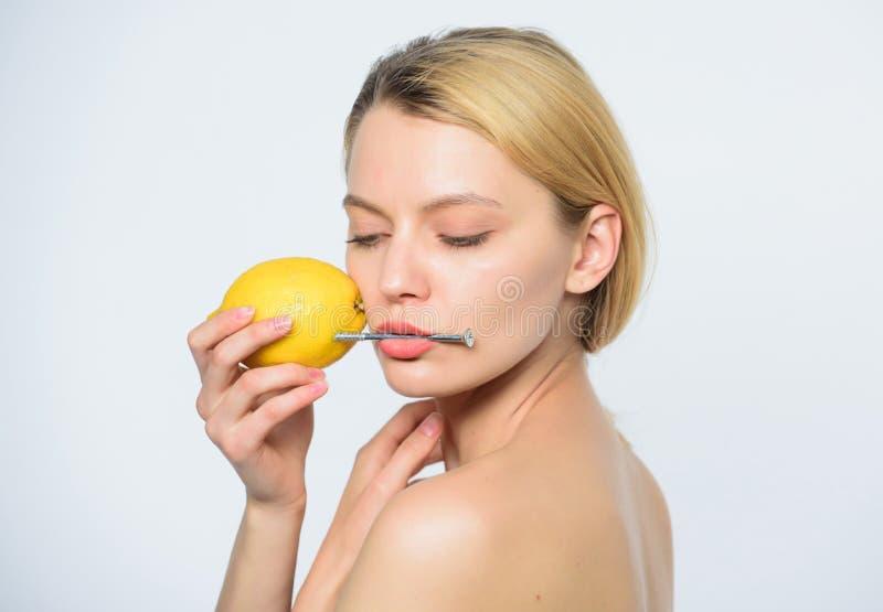 生物电流 柠檬电池 有短钉的女孩在柠檬 维生素饮食食物 健康皮肤 能量和正面 库存图片