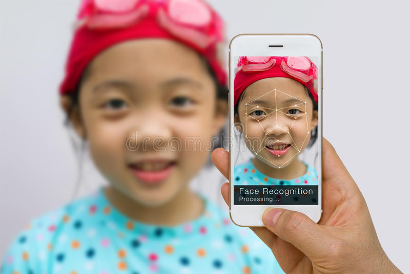 生物统计的证明,面貌识别技术概念,使用在智能手机的App 库存照片