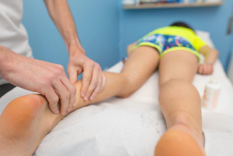 生理治疗师执行跟腱治疗 免版税库存照片