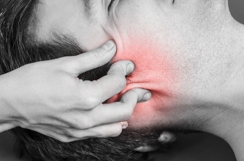 生理治疗师,做一种头盖骨荐骨的疗法的按摩医生 免版税库存照片