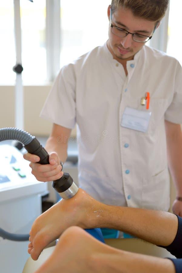 生理治疗师执行超声波疗法治疗 库存照片