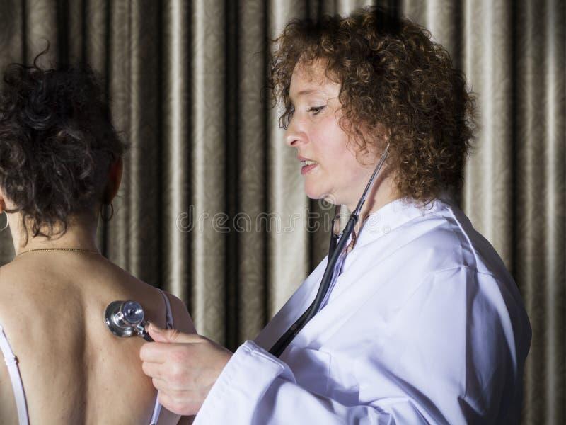 医生用药治疗一名女性患者 库存照片