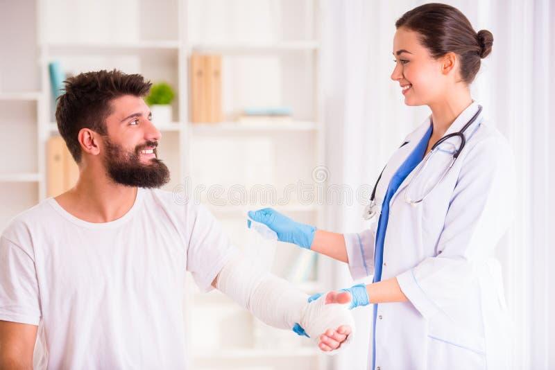 医生的伤害人 库存图片