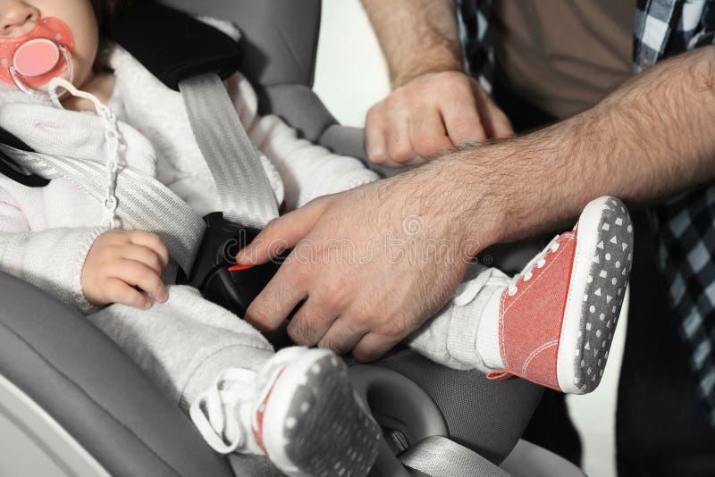 生紧固婴孩到儿童安全位子汽车 图库摄影