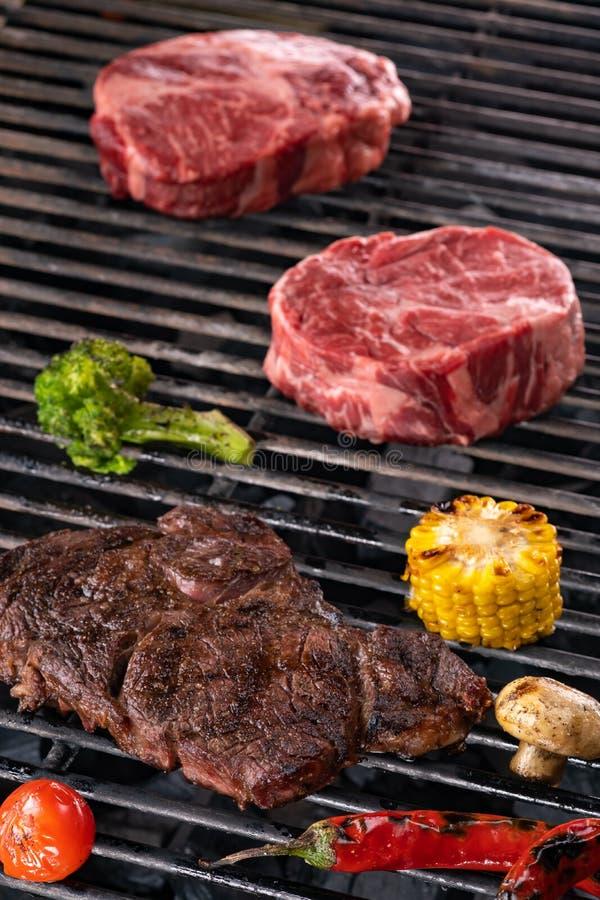生肉和菜炭灰被烤在火焰 库存图片