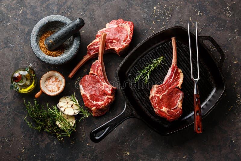 生肉在煎锅的小牛肉肋骨 免版税库存照片