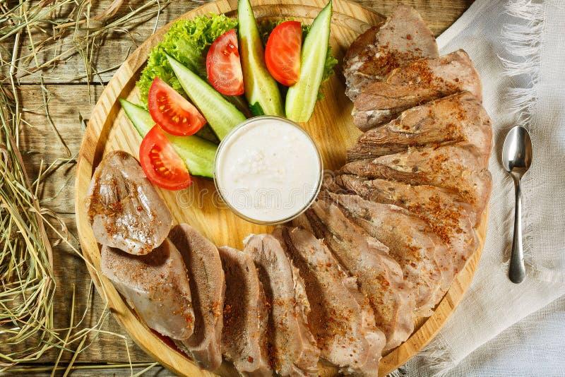 生肉用草本、调味料、蕃茄樱桃、黄瓜和wh 免版税图库摄影