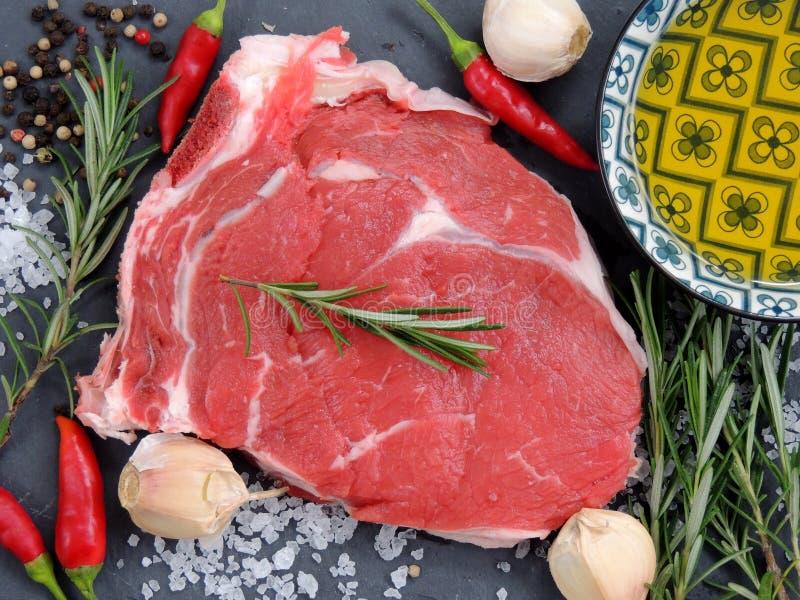 生肉,牛排用香料 免版税图库摄影