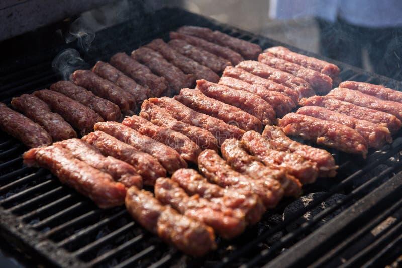 生肉, mici, mititei, cevapcici,猪肉滚动 库存图片