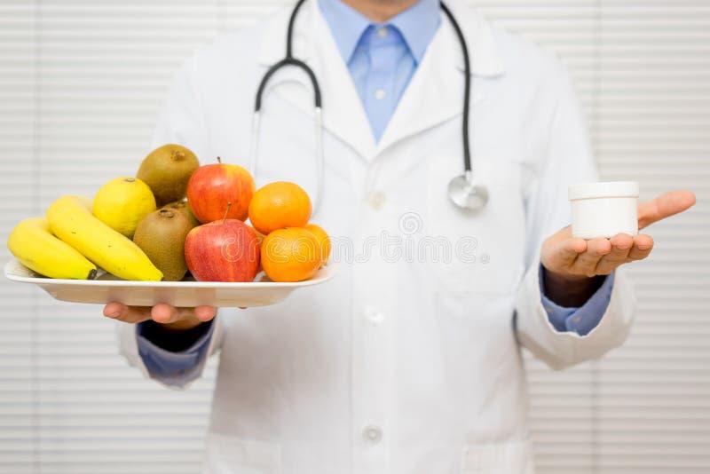 医生营养师提供患者选择 图库摄影