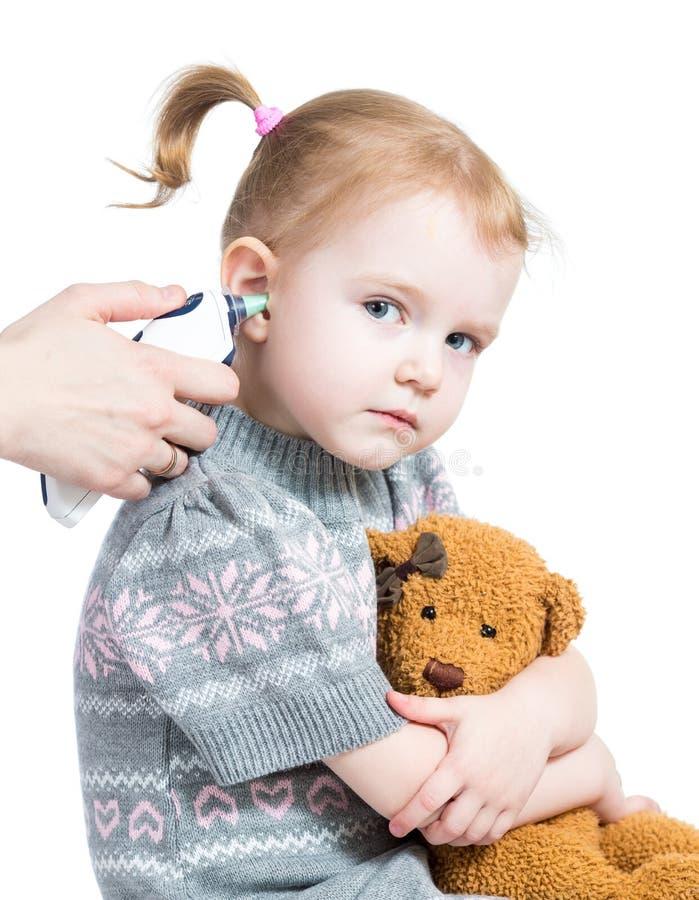 医生评定的温度逗人喜爱的女婴 免版税库存照片