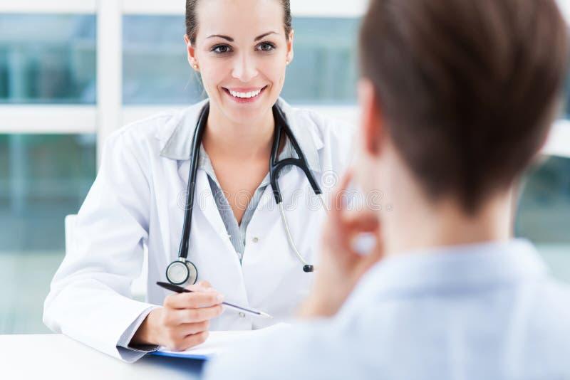 医生谈话与患者 免版税库存照片