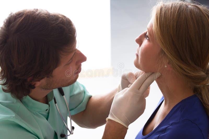 医生谈话与患者 库存图片