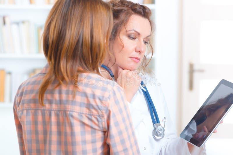 医生谈话与患者 免版税图库摄影