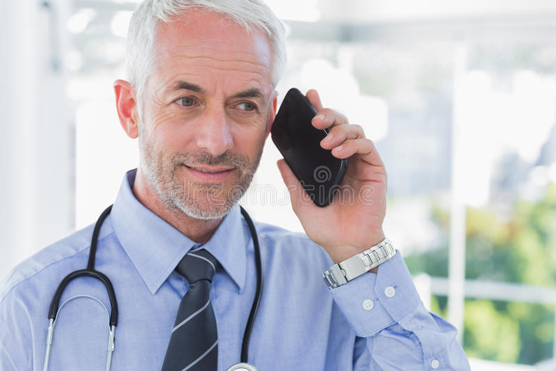 医生谈话在电话 库存照片