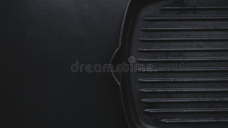 生铁在黑背景的平板炉平底锅 免版税库存照片
