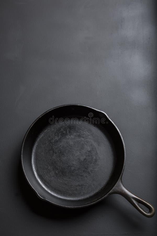 生铁在黑背景的长柄浅锅汇集 免版税库存图片