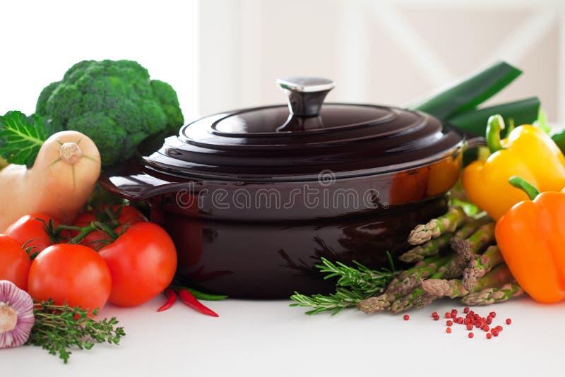 生铁罐和新鲜蔬菜 免版税库存照片