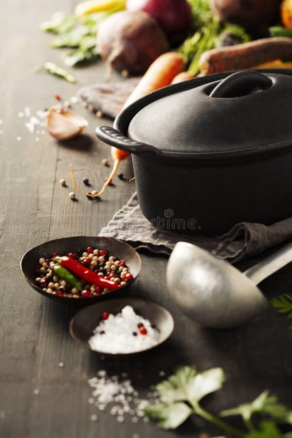 生铁罐和菜 免版税库存照片