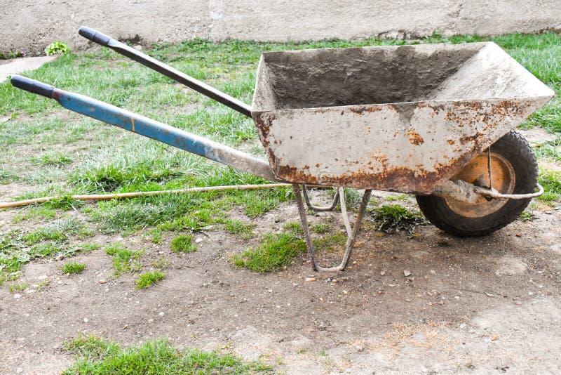 生锈和肮脏的独轮车 免版税图库摄影