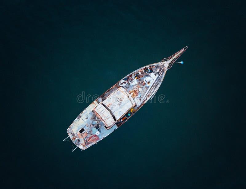 生锈和被放弃的渔船 免版税库存照片