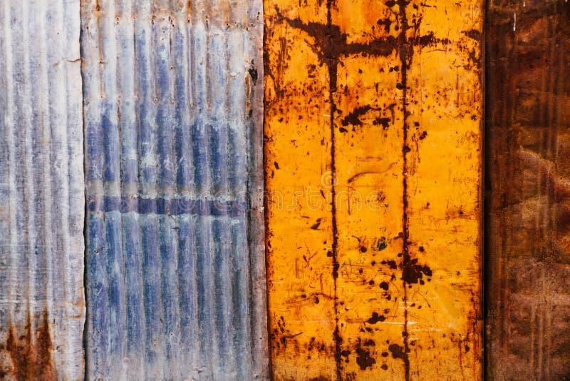 生锈和难看的东西金属板和被镀锌的波状钢板料 免版税图库摄影