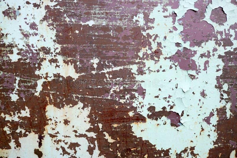 生锈的两色带红色和绿色老破旧的被氧化的金属、铁与bulbted削皮和绿色油漆和样式纹理  库存图片